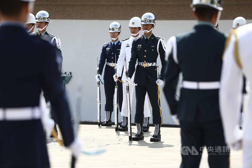 國軍三軍儀隊在國慶典禮上,不靠配樂,僅靠拍槍、靠腿、跺槍、踏步聲演出震撼全場,16日公開訓練畫面。中央社記者游凱翔攝 109年10月16日