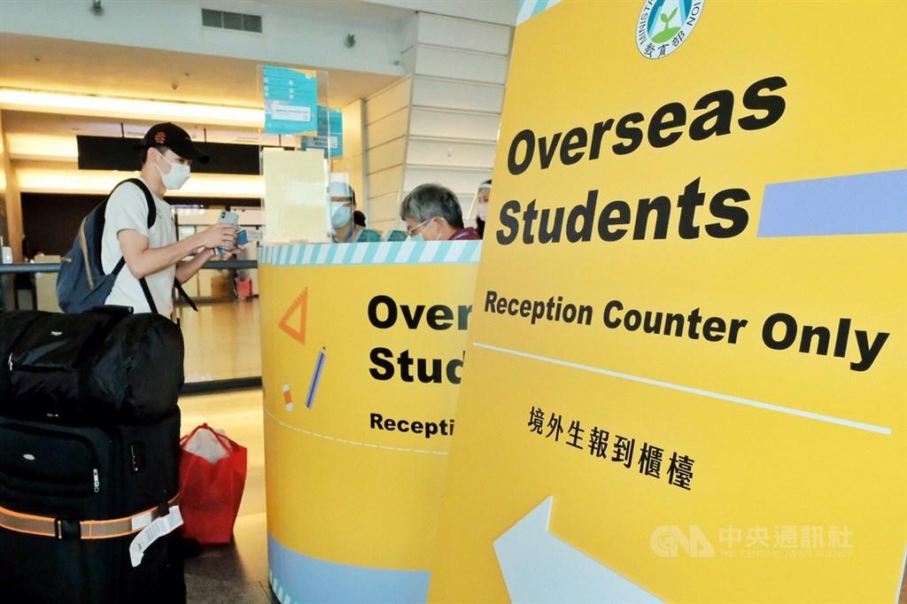 台灣8月開放所有國家、地區境外學生入境,首見4名印尼籍學生確診武漢肺炎。圖為桃園機場境外生報到櫃檯。(中央社檔案照片)