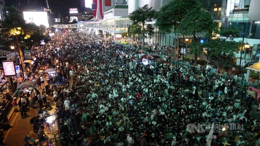 泰國反政府示威不斷,抗議民眾無懼緊急命令,15日傍晚占領鬧區叻巴頌路口,不過主辦單位宣布晚間10時結束抗議,和平散場。中央社記者呂欣憓曼谷攝 109年10月15日