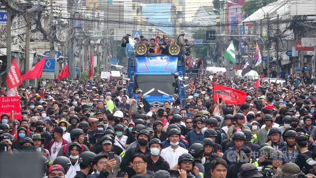 泰國反政府學生團體14日號召上千民眾從民主紀念碑前遊行到總理府,要求總理帕拉育下台。中央社記者呂欣憓曼谷攝 109年10月14日
