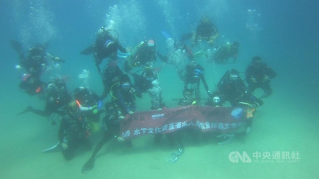 文化部文化資產局13日至16日在墾丁舉辦「水下文化資產潛水人員教育推廣活動」,培訓25名潛水教練,希望有更多的水下文資能在被發現的第一時間立即通報。(淡江大學提供)中央社記者郭芷瑄傳真 109年10月16日