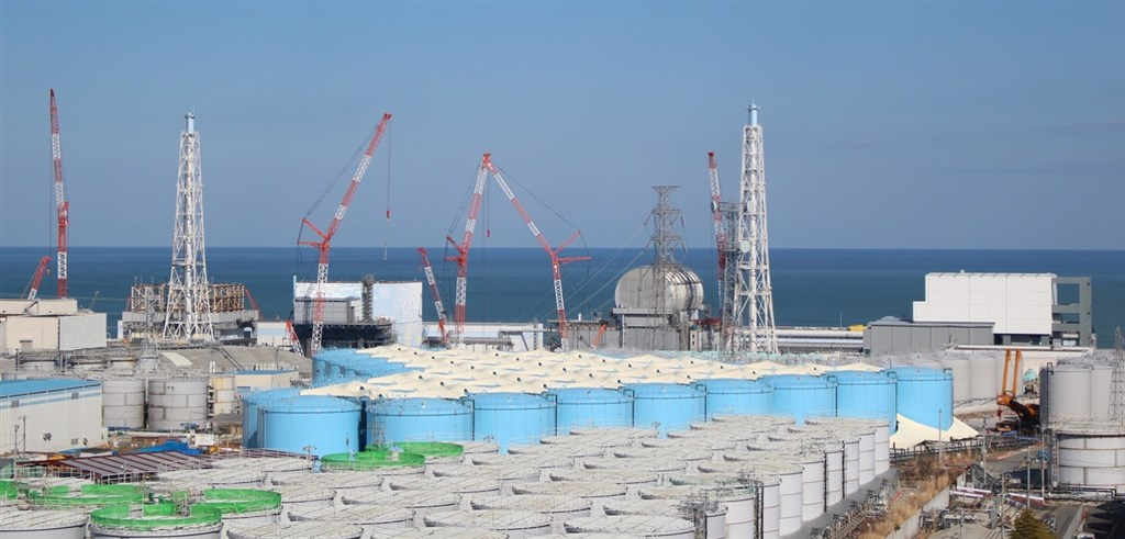 日媒共同社15日報導,日本政府已基本決定,將福島第一核電廠淨化後含有放射性物質氚的核廢水排放入海,最快10月底前敲定細節。圖為福島第一核電廠外放置含氚廢水的儲存槽。(圖取自東京電力控股有限公司網頁tepco.co.jp)