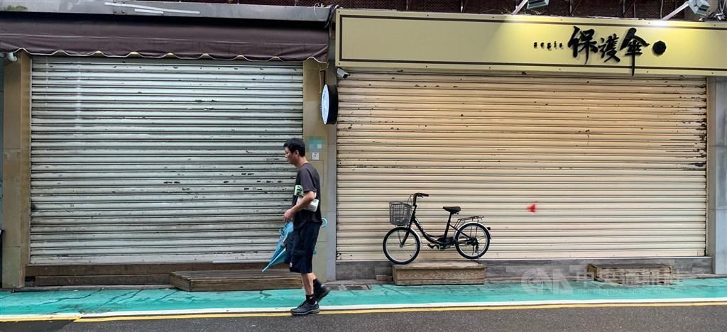 協助在台尋求庇護香港人維持生計的「保護傘」餐廳16日遭人潑穢物,目前餐廳已拉下鐵門暫停營業,警方獲報後,現正擴大調閱案發地周邊監視器畫面追緝嫌疑人。中央社記者張新偉攝 109年10月16日