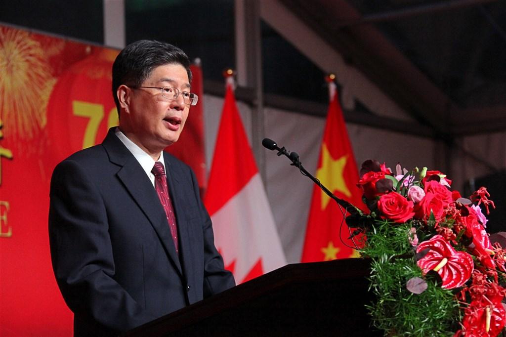 日前一對曾參加「反送中」示威的香港夫婦在加拿大獲得難民身分後,中國駐加大使叢培武(圖)公開警告加拿大政府,要求停止提供政治庇護給香港示威者。圖為叢培武在慶祝中華人民共和國成立70週年招待會上致辭。(中新社)