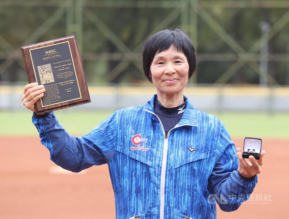 去年底在世界棒壘球總會(WBSC)會員大會中,前台灣女壘國家隊王牌投手張簡金玲獲推薦入壘球名人堂,為棒壘球合併後,台灣首名獲選入名人堂的女球員,她17日開心收下WBSC頒發的名人堂獎牌、戒指。(中華民國壘球協會提供)中央社記者謝靜雯傳真 109年10月17日