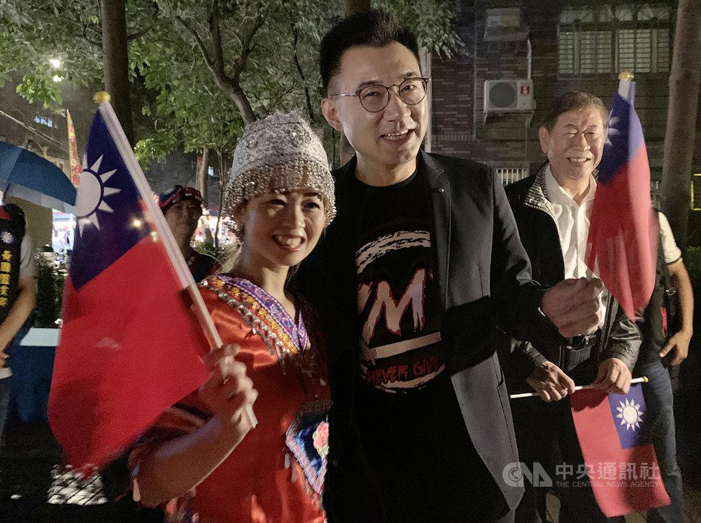 國民黨主席江啟臣(前右)17日出席桃園市復興啟程聯歡會,與支持者一同拿著小國旗開心合影。中央社記者葉臻攝 109年10月17日