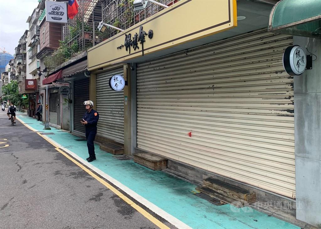 台北市保護傘餐廳遭人潑穢物,警方17日逮捕涉案的25歲莫姓男子,移送北檢。圖為員警巡邏保護傘餐廳。中央社記者張新偉攝 109年10月17日