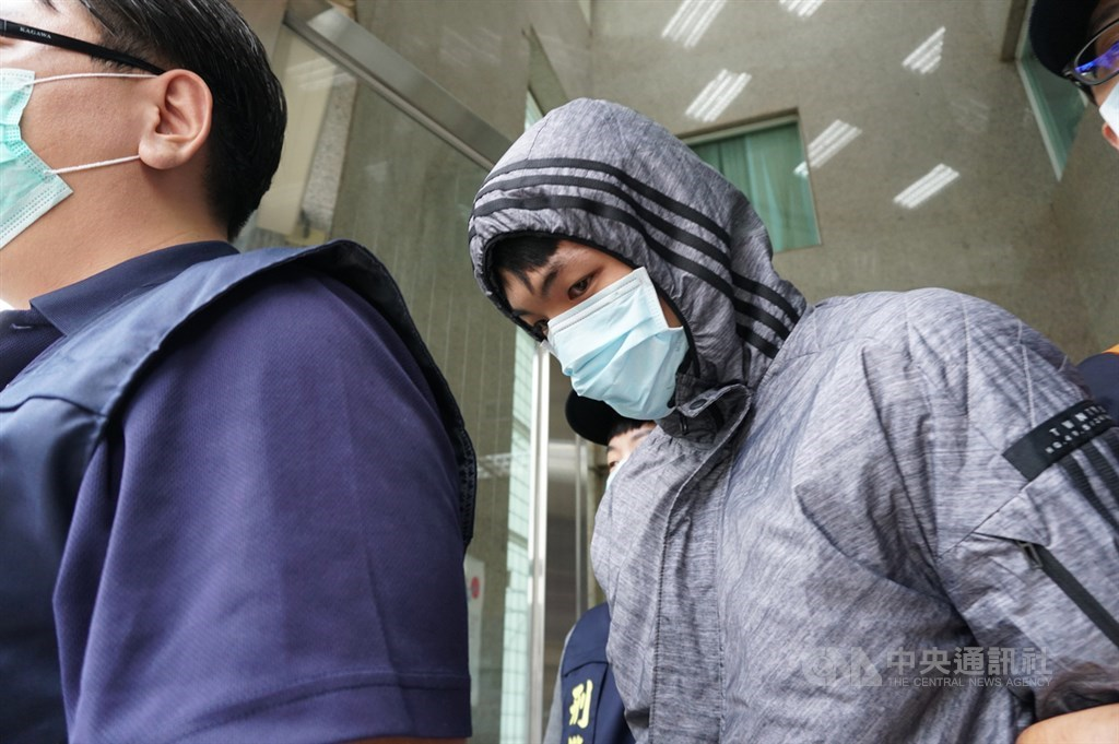 協助在台灣尋求庇護香港人維持生計的「保護傘」餐廳16日遭人潑穢物,台北市警方17日逮捕涉案的25歲莫姓男子。圖為莫姓男子移送地檢署。中央社記者劉建邦攝 109年10月17日