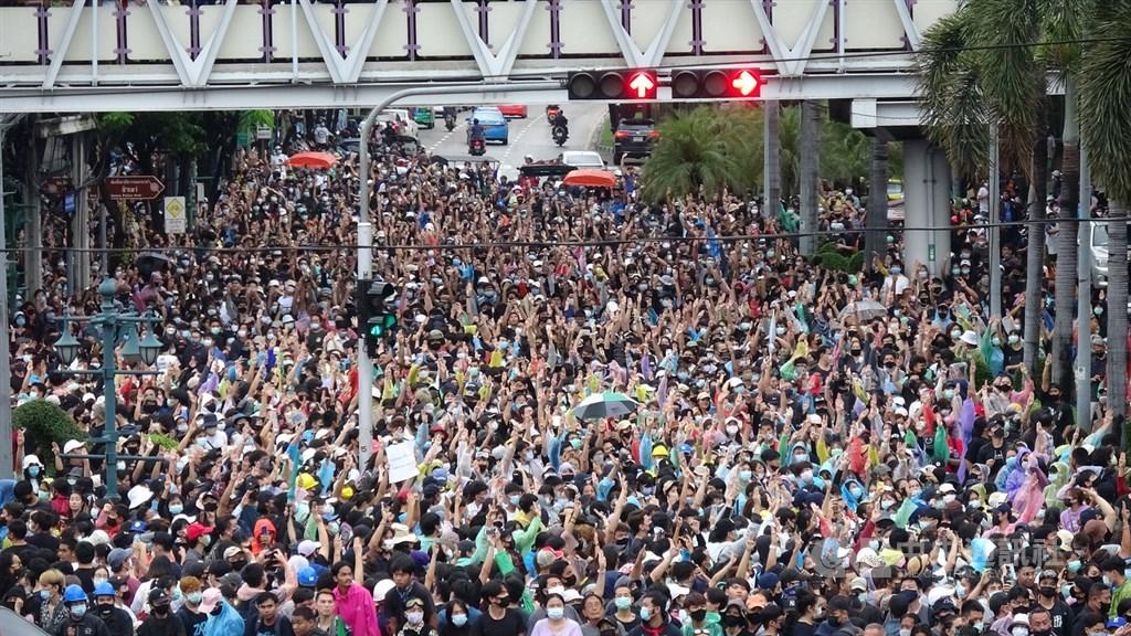 無懼警方16日以水柱驅離抗議人士,泰國反政府示威團體17日以社群媒體快速集結支持者,展現人民意志。圖為民眾占領大圓環天鐵站的路口。中央社記者呂欣憓曼谷攝 109年10月17日