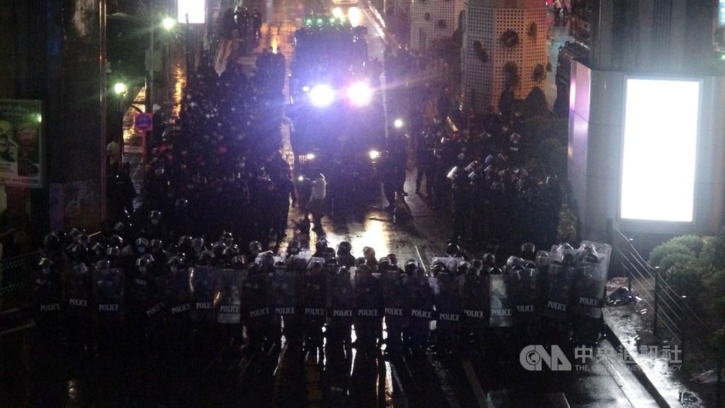 泰國反政府示威遊行16日傍晚聚集在曼谷市中心的巴吞旺路口,上千民眾高喊要總理下台。警方首度出動優勢警力和水車驅趕抗議民眾。中央社記者呂欣憓曼谷攝 109年10月16日