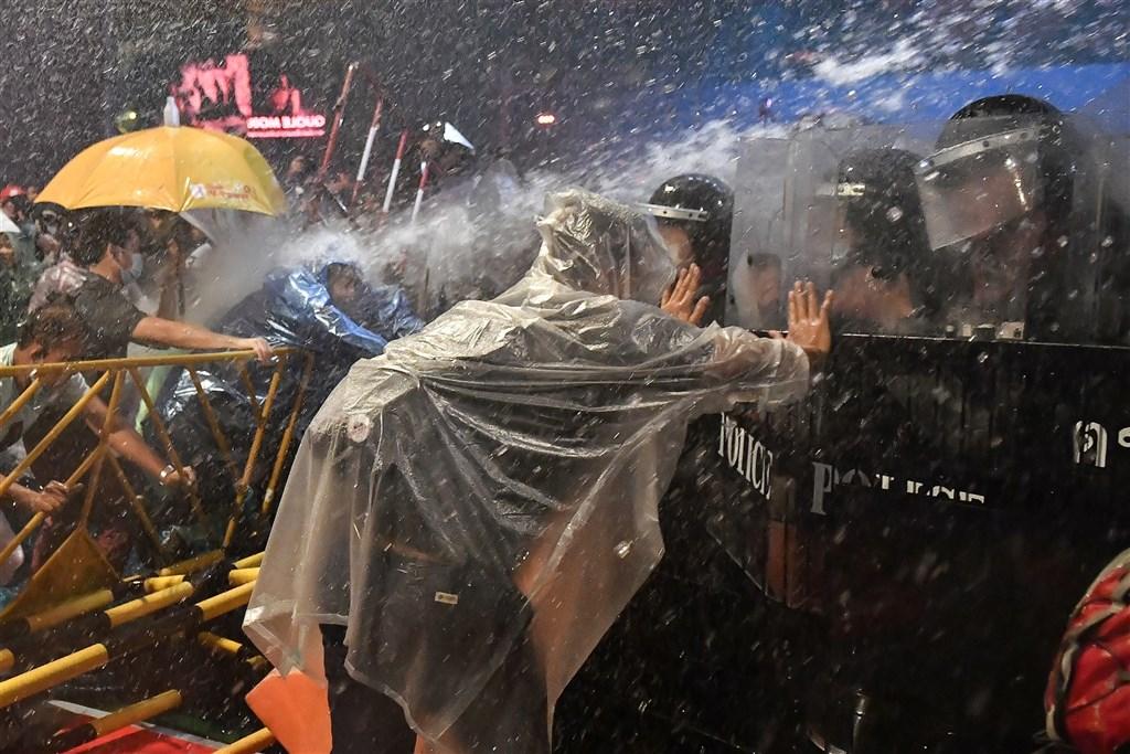 泰國反政府示威不斷,抗議民眾無懼緊急命令,15日和16日傍晚都聚集在市中心示威,警方首度出動水車和優勢警力驅趕抗議人士。(法新社)