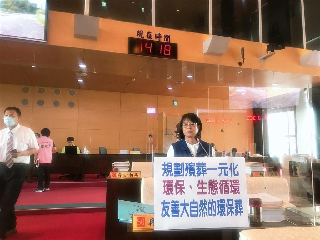 中國國民黨籍台中市議員冉齡軒16日在民政業務質詢時詢問,「人往生後靈魂多久離開身體」。(圖取自facebook.com/JoyceJannn.Official)