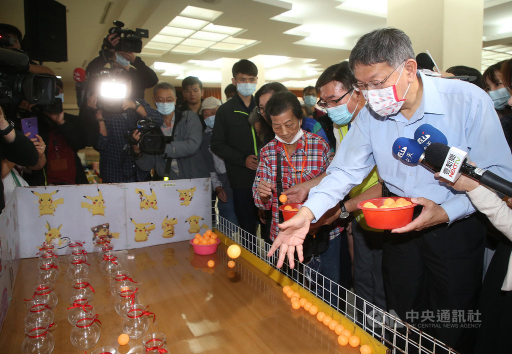 台北市銀髮族重陽節老人關懷據點成果發表會暨趣味益智活動18日在台北市議會舉行,台北市長柯文哲(右)與長者一起玩遊戲。中央社記者鄭傑文攝 109年10月18日