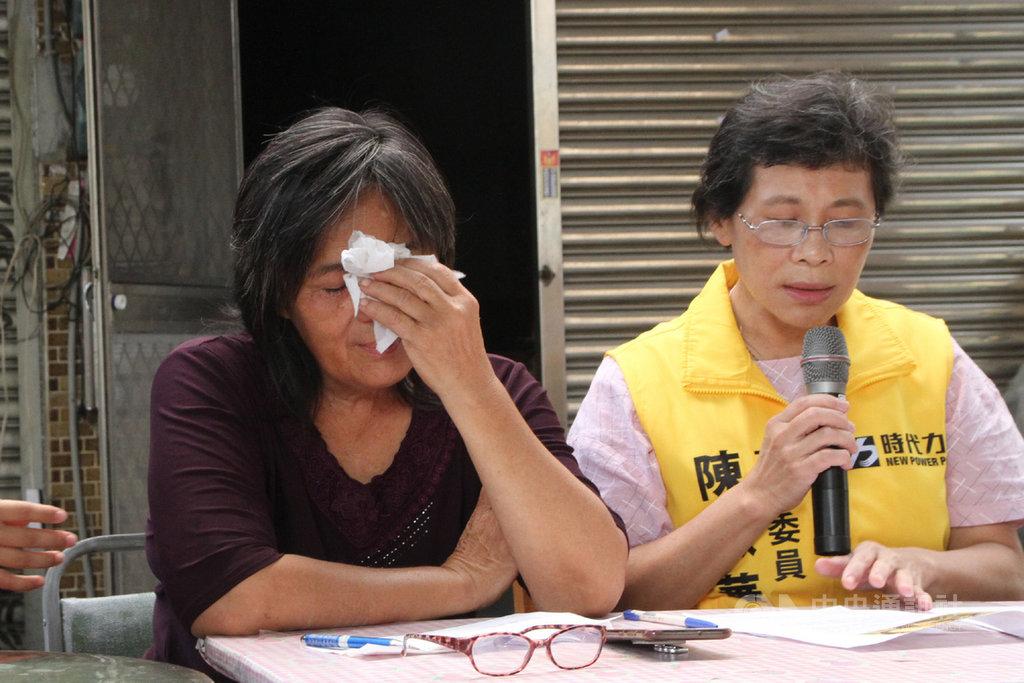 時力立委陳椒華(右)18日上午邀請交通部官員,前往台南鐵路地下化工程半拆戶黃春香(左)的家現勘,了解拆除工程現狀並聽取黃春香訴求。中央社記者楊思瑞攝 109年10月18日