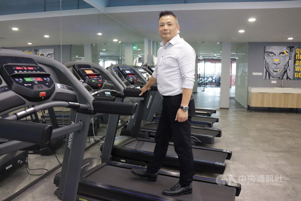 武漢肺炎疫情讓健身器材的家用市場業績更好。喬山健身器材(上海)有限公司總經理李永楷站在2020年銷售最好的家用跑步機系列產品上。中央社記者張淑伶上海攝  109年10月18日