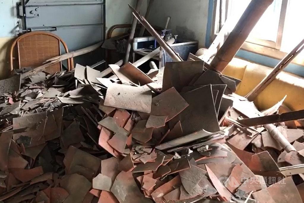 台南市17日深夜發生最大震度4級的地震,鹽水區一處平房民宅天花板震後坍塌,幸好住戶及時閃避,只有1人受到輕微擦傷。(讀者提供)中央社記者楊思瑞台南傳真 109年10月18日