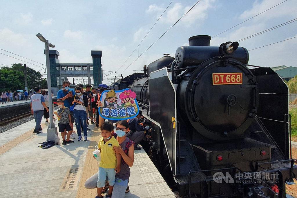 台南市政府與台灣鐵路管理局合作推出讓民眾搭乘蒸汽火車活動,列車18日開進後壁站時,吸引不少民眾爭睹風采。中央社記者楊思瑞攝 109年10月18日