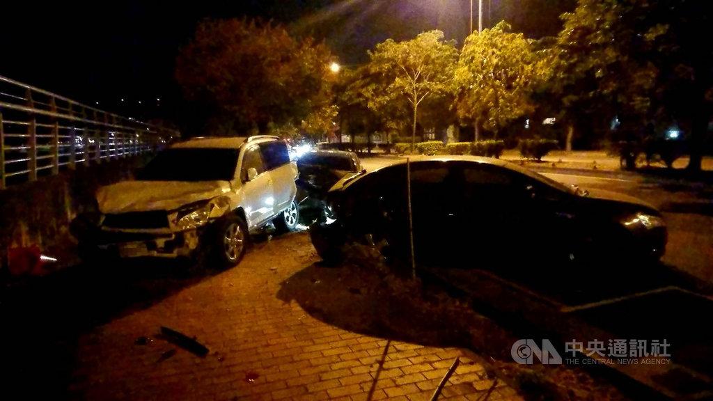 台中市李姓男子18日凌晨駕駛轎車,疑因疲勞駕駛撞上停在路旁的2輛車,其中遭撞的休旅車被推擠上人行道,車輛後座嚴重凹陷。(民眾提供)中央社記者蘇木春傳真 109年10月18日