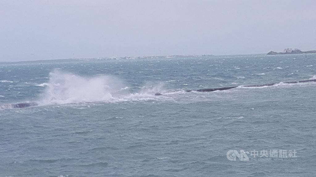 澎湖氣象站指出,澎湖18日受到東北風影響,出現高達9至10級強陣風;中午12時6分則滿潮,沿海及鄰近海域可見一波波巨大的風浪。中央社 109年10月18日