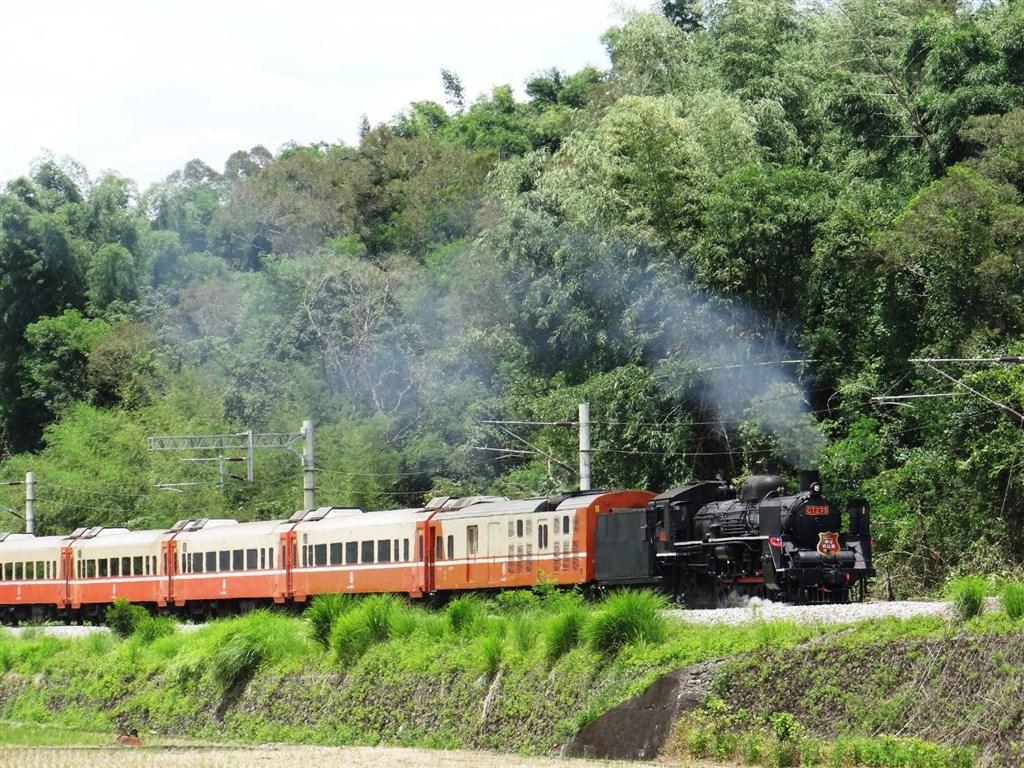 台鐵局表示,2021年1到4月的郵輪式列車將有跟上流行偽出國的頂級河輪體驗、到阿里山賞櫻外,還能帶旅客搭乘擁有速度之王美名的CT273蒸汽火車(圖)。(圖取自facebook.com/railway.gov.tw)