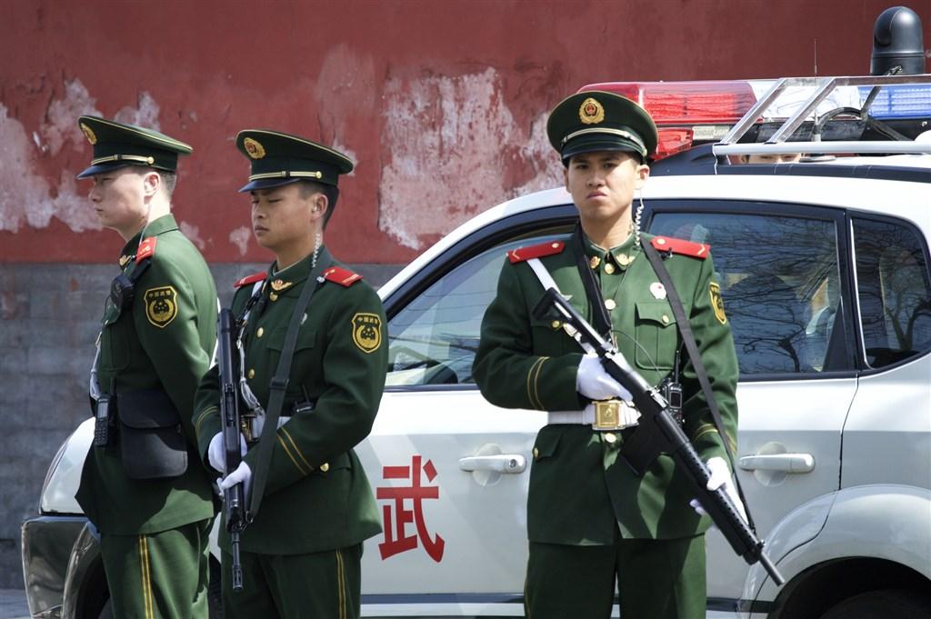 華爾街日報17日引述知情人士說法報導,中國政府官員警告美方可能拘留在中國的美國公民。圖為中國武警。(圖取自Pixabay圖庫)