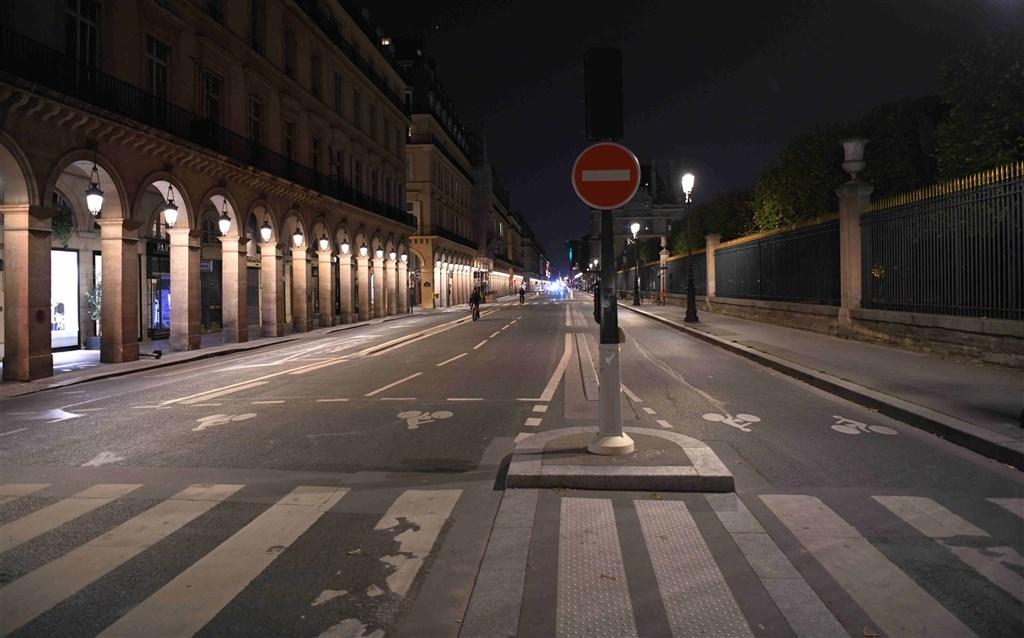 法國衛生部17日通報新增3萬2427人確診武漢肺炎,再創單日新高紀錄。圖為17日實施宵禁的巴黎街頭。(中新社)