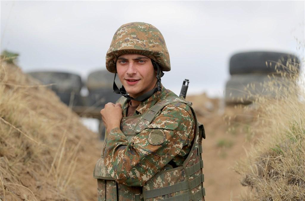 亞美尼亞和亞塞拜然已同意自18日凌晨零時起「人道停火」,為雙方第2度試圖宣布停火。圖為亞美尼亞士兵。(圖取自twitter.com/ArmeniaMODTeam)
