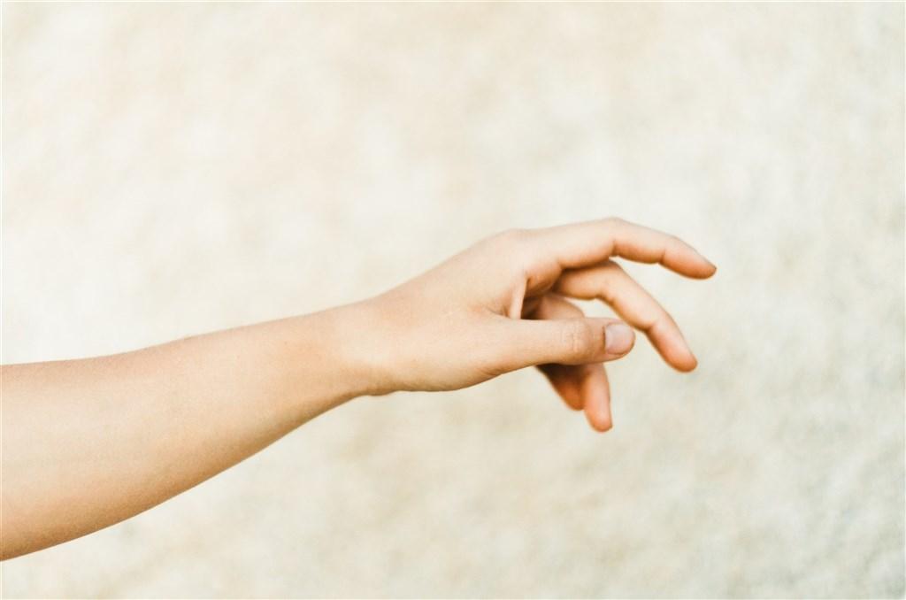 日本研究人員發現,冠狀病毒可在人類皮膚上保持活性9小時。(圖取自Unsplash圖庫)