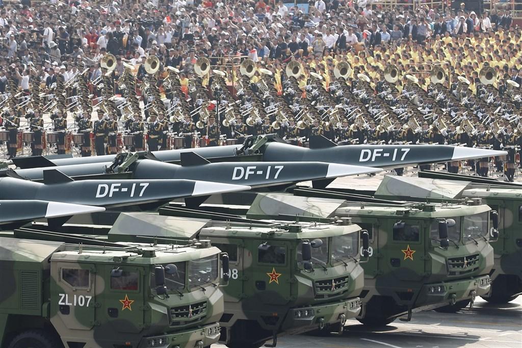 港媒南華早報引述共軍消息人士報導,共軍已在東南沿海部署先進的東風-17超高音速飛彈。加拿大「漢和防務評論」分析,顯示共軍已為攻打台灣而提升準備。圖為東風-17在2019年10月1日中華人民共和國慶祝70週年閱兵中亮相。(中新社)