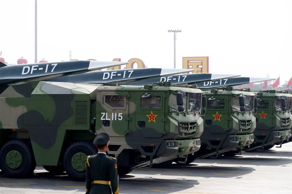 港媒南華早報引述共軍消息人士披露,共軍在東南沿海部署東風17超高音速彈道飛彈,引發攻台聯想。圖為東風-17在2019年10月1日中華人民共和國慶祝70週年閱兵中亮相。(中新社)