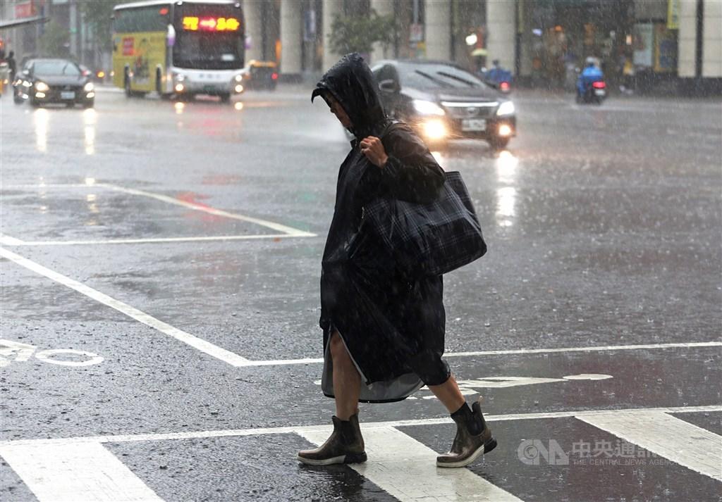 中央氣象局18日表示,颱風沙德爾最快20日生成,21日起將為台灣帶來水氣,屆時將會有局部大雨。(中央社檔案照片)