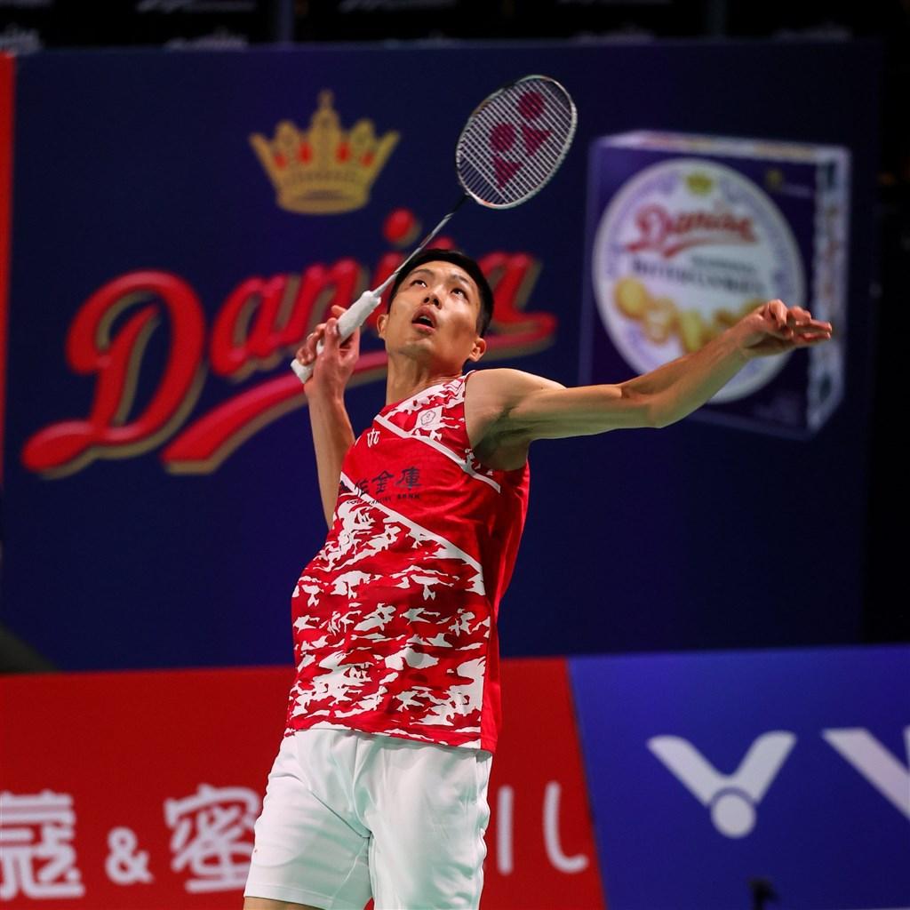 台灣羽球一哥周天成17日遭遇丹麥地主好手安東森,以17比21、15比21吞敗,止步丹麥羽球公開賽男單4強。(圖取自twitter.com/bwfmedia)