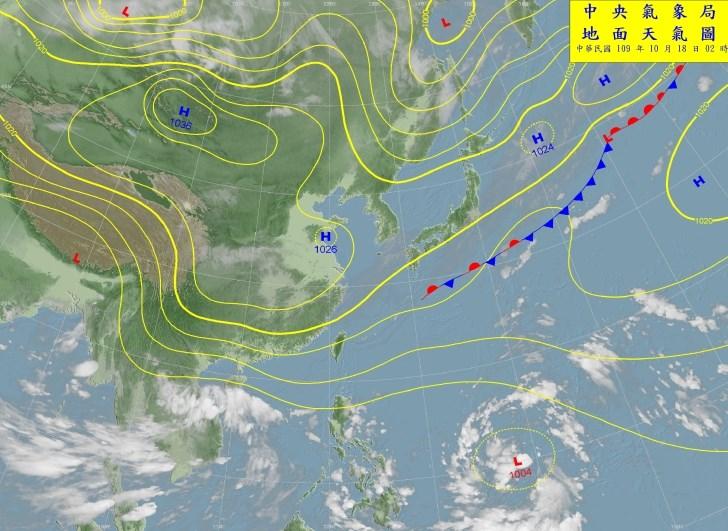氣象專家吳德榮表示,預計熱帶擾動於21日、22日通過呂宋島,將與東北風產生「共伴效應」,為台灣帶來大雨。圖為中央氣象局18日上午2時的天氣圖。(圖取自中央氣象局網頁cwb.gov.tw)