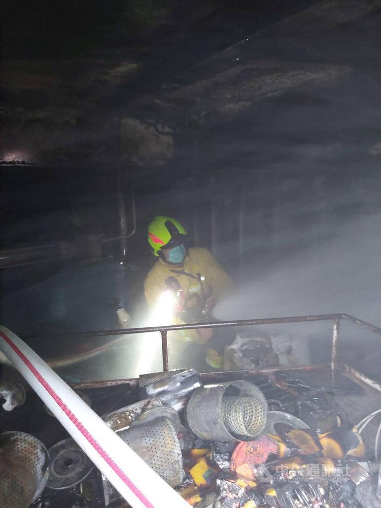 基隆市消防局18日獲報,一處民營造船廠內有一艘翻修貨船的貨艙內起火,竄出濃煙陣陣,消防員隨即前往搶救,火勢已控制,無人傷亡。(基隆市消防局提供)中央社記者沈如峰基隆傳真 109年10月18日