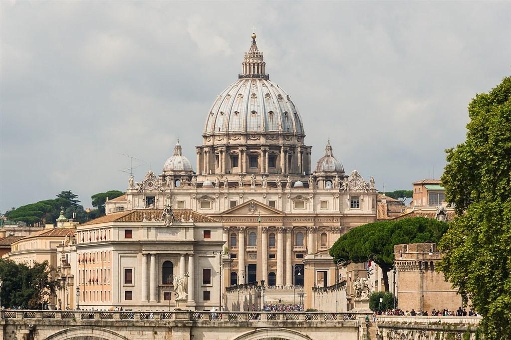 教廷新聞室22日中午發布公告,聲明與中國簽署的「梵中主教任命臨時性協議」將延期兩年。圖為梵蒂岡聖彼得大教堂。(圖取自維基共享資源,版權屬公有領域)