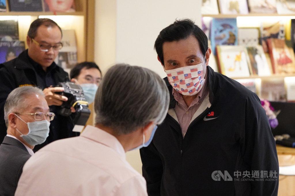 馬英九基金會19日晚間在台北舉辦「奔騰講堂」,邀請專家學者針對含瘦肉精美豬是否開放進口的議題進行演講,前總統馬英九(右)出席聆聽,會前向與會人員致意。中央社記者徐肇昌攝 109年10月19日