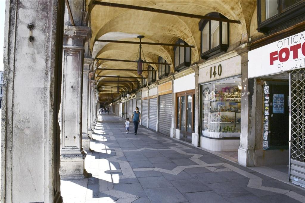 義大利衛生部18日通報新增1萬1705起武漢肺炎確診病例,創疫情爆發以來的單日新高紀錄。圖為6月30日的威尼斯街頭,多數店家因應疫情已休業。(共同社)