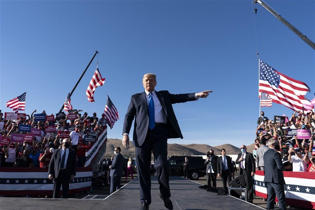 美國總統大選倒數,總統川普18日在內華達州舉行造勢,力拚逆轉劣勢。(美聯社)