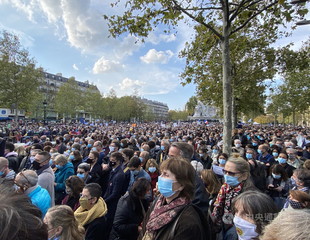 巴黎共和廣場18日的紀念集會活動湧進近萬人,現場水洩不通。教師工會、學生聯盟、政黨人員皆出席致意。參與者同聲呼籲守護言論自由,不向極端伊斯蘭主義低頭。中央社記者曾婷瑄巴黎攝 109年10月19日