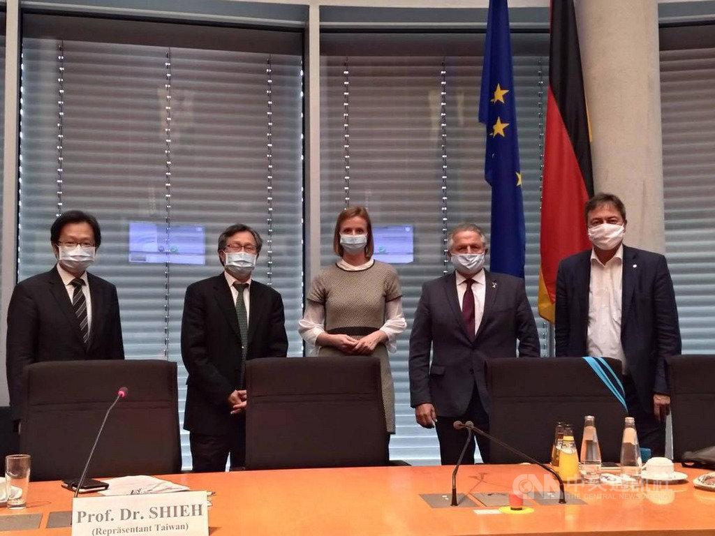 德國國會人權委員會19日舉辦會議,討論台灣安全局勢和防疫措施,邀駐德代表謝志偉(左2)參加。(駐德代表處提供)中央社記者林育立柏林傳真 109年10月20日
