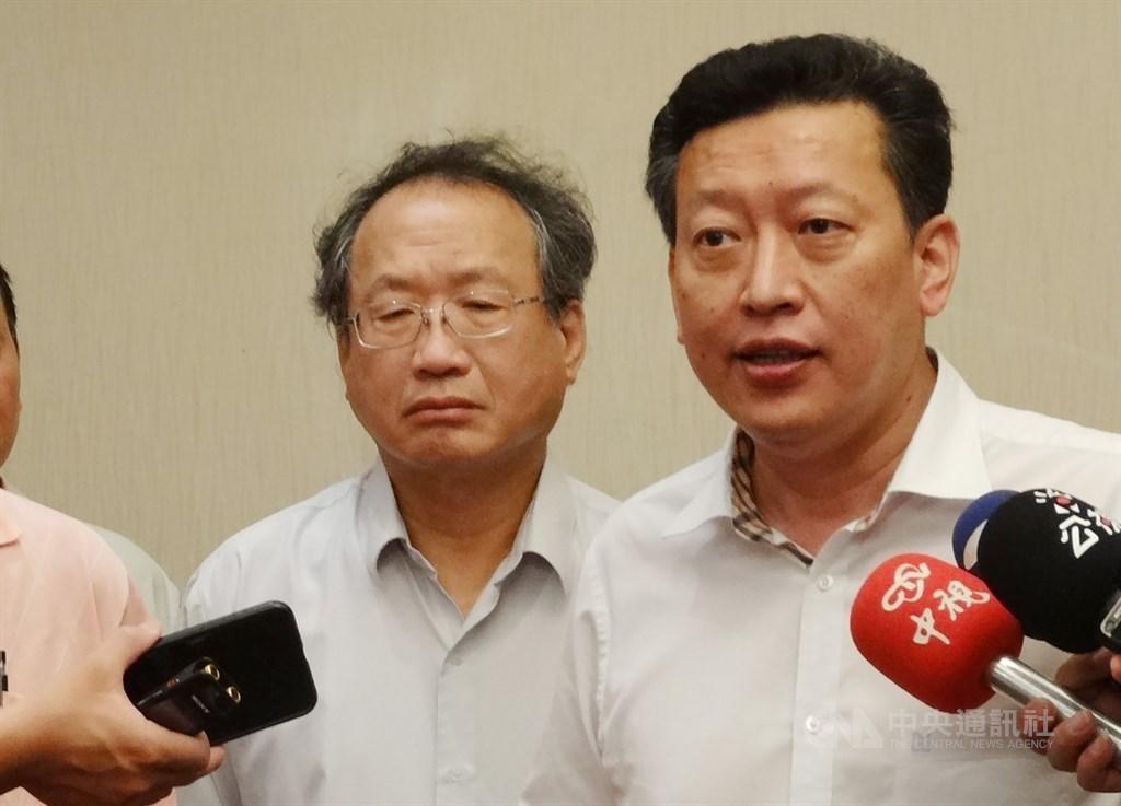 中華民國養豬協會第17屆理事長改選,由副理事長楊杰(右)當選。(中央社檔案照片)