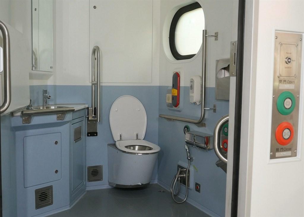 台鐵17日公開新型通勤電聯車EMU900內裝,列車具多項新穎設計,提升乘客的舒適感。圖為通勤電車EMU900洗手間。(台鐵提供)中央社記者汪淑芬傳真 109年10月17日