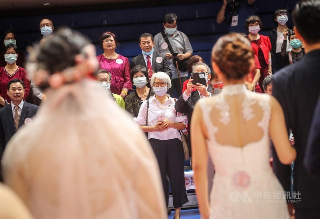 約翰霍普金斯大學疫情地圖顯示,截至台灣20日上午7時,全球累計4028萬824人確診武漢肺炎。圖為北市109年度聯合婚禮防疫落實戴口罩、維持社交距離等措施。(中央社檔案照片)