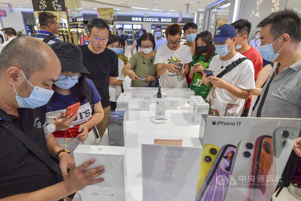 蘋果新手機iPhone 12在中國大陸開賣後引發熱搶,不過以往香港獨有的價格優勢,今年將易主為7月實施免稅新政策的海南島。圖為7月1日,在海南免稅店搶購iP hone的人潮。(中新社提供)中央社 109年10月20日