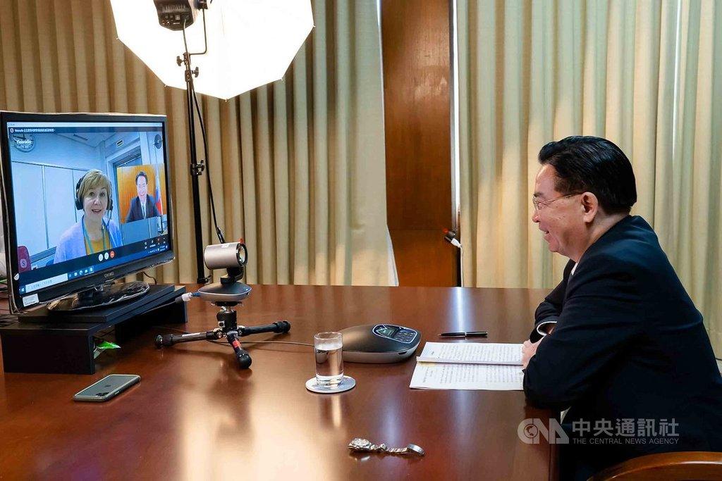 外交部長吳釗燮接受芬蘭國家廣播公司視訊專訪,指中國對台灣威脅日增。(駐芬蘭代表處提供)中央社記者林育立柏林傳真 109年10月20日