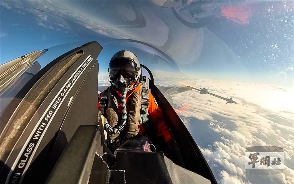 空軍天龍操演19日登場,F-16戰機20日掛載響尾蛇飛彈,並對空鎖定目標實施實彈射擊。(軍聞社提供)中央社記者游凱翔傳真 109年10月20日