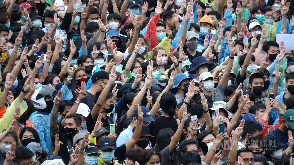 泰國7月以來的反政府學運發展到10月,已經成為無領袖、去中心化的運動。圖為17日抗議民眾聚集在大圓環天鐵站外高舉象徵反獨裁的手勢。中央社記者呂欣憓曼谷攝 109年10月20日