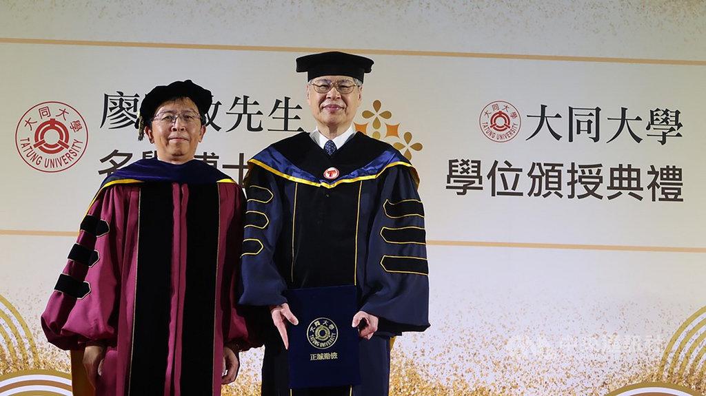 和碩聯合科技總經理暨執行長廖賜政(右)20日獲大同大學校長何明果(左)頒發名譽博士學位,表彰他對台灣科技產業的貢獻。(大同大學提供)中央社記者許秩維傳真 109年10月20日
