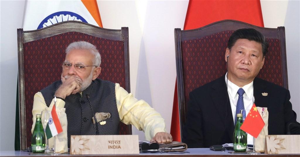 隨著新德里與北京當局因邊界問題關係惡化,印度政府內部支持與台灣正式展開貿易協議談判的聲浪越來越高。圖為印度總理莫迪(左)和中國領導人習近平(右)2016年出席金磚國家領袖峰會。(美聯社)
