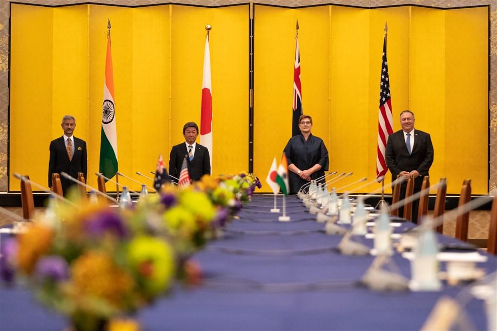 回應印度國防部邀請,澳洲宣布參加今年11月美日印澳共同派遣海軍出席的「馬拉巴軍演2020」。圖為美國、日本、澳洲、印度外交部長6日在東京進行四方安全對話。(圖取自twitter.com/SecPompeo)